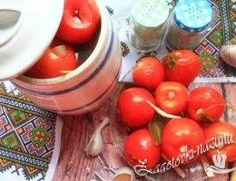 Малосольные помидоры с чесноком и зеленью в бочке